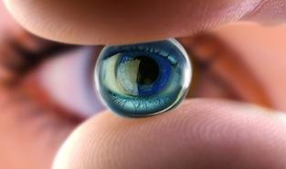 Un oeil et une lentille rigide