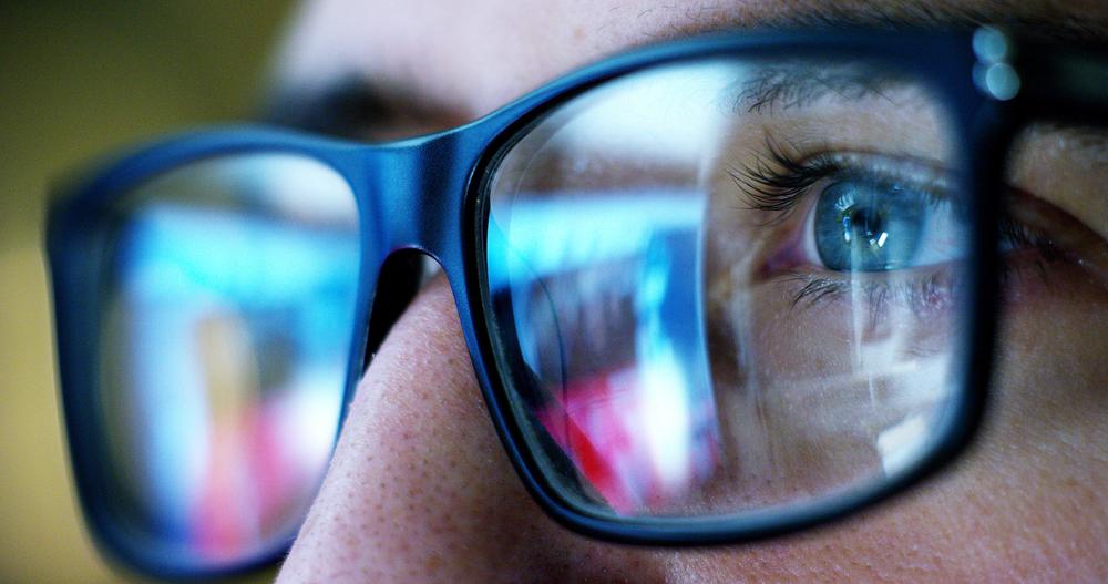 Une paire de lunettes avec un reflet de lumière bleue
